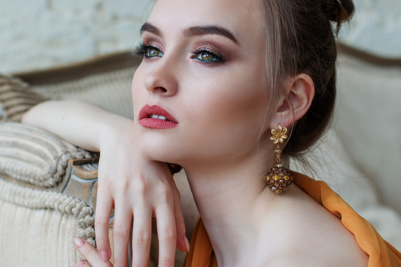 young woman wearing iconic women's jewelry